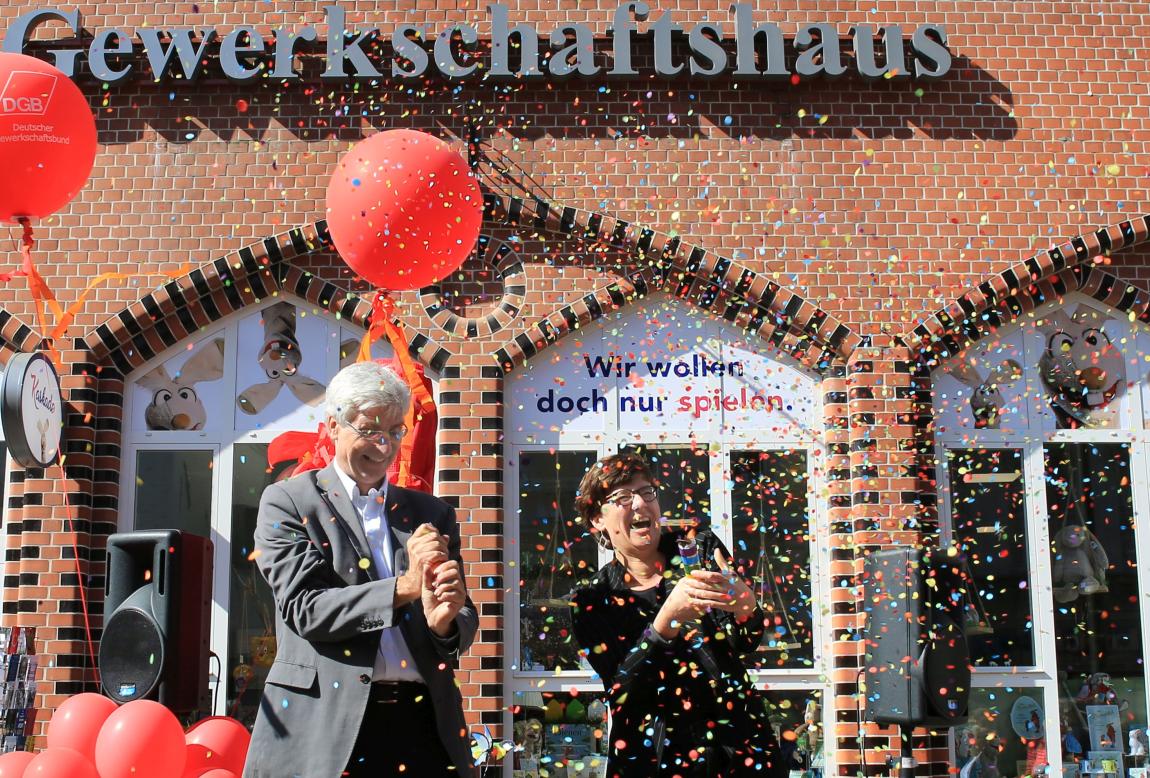 Konfetti!! Einweihung des neuen Gewerkschaftshauses in Flensburg, Große Straße21-23